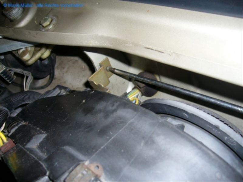 Citroen BX - Lüftermotor_freilegen_04