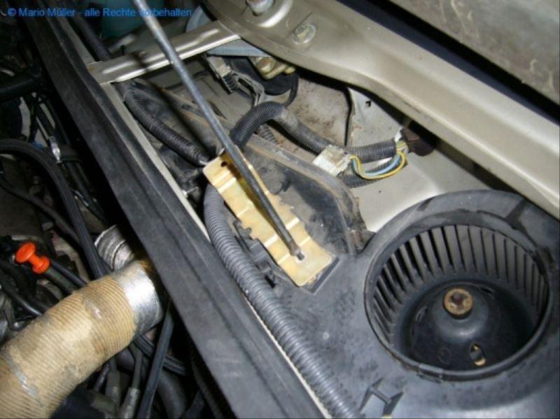 Citroen BX - Lüftermotor_freilegen_10