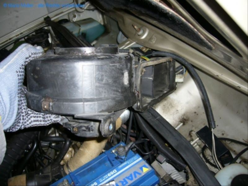 Citroen BX - Lüftermotor_freilegen_11